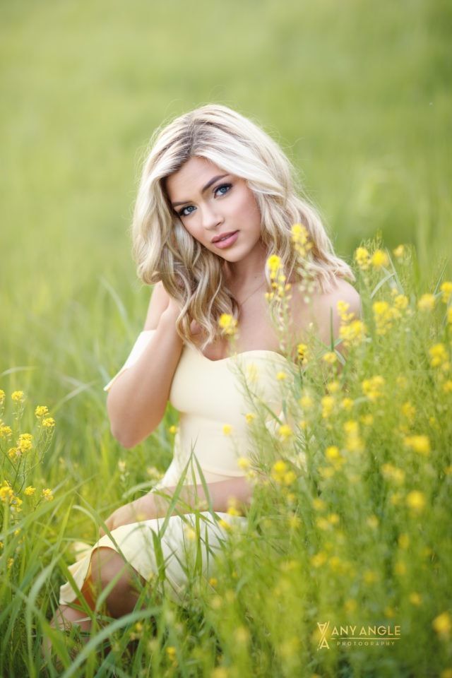 Spring senior pictures of girl in a field